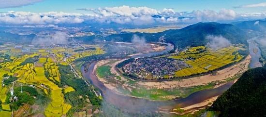 하회(河回)라는 마을 이름은 낙동강이 'S'자 모양으로 마을을 감싸 안고 흐르는 데서 유래됐다.