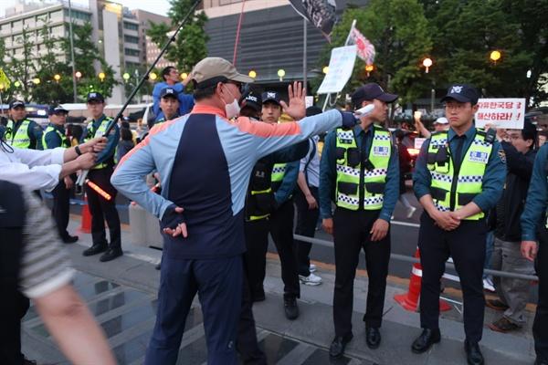 대한애국당 지지자들이 촛불행진을 보자 격하게 반대하고 있다.