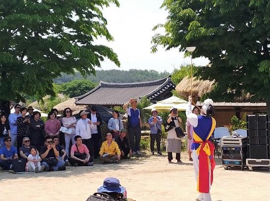 11일 오후 1시 양진당 앞 무대에서 남사당 놀이가 펼쳐졌다. 12, 13, 14일 3차례 공연이 남아있다.