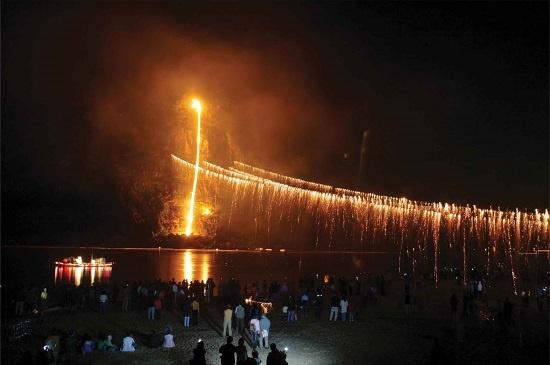 10, 11일 하회마을 만송정에서 옛 선비들이 즐기던 '줄불놀이'가 재현됐다.