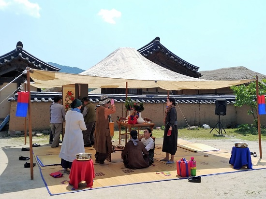 행사 첫날인 11일 하회마을 귀촌종택에서 전통혼례시연을 준비하고 있다. 행사 기간 중 매일 진행된다.