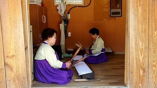 하회마을 노인회관에서 세계유산 활용 프로그램으로 다듬잇방망이질을 시연하고 있다.
