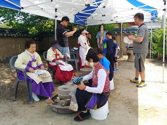 하회마을 노인회관에서 세계유산 활용 프로그램으로 맷돌과 절구질 체험이 이뤄지고 있다.