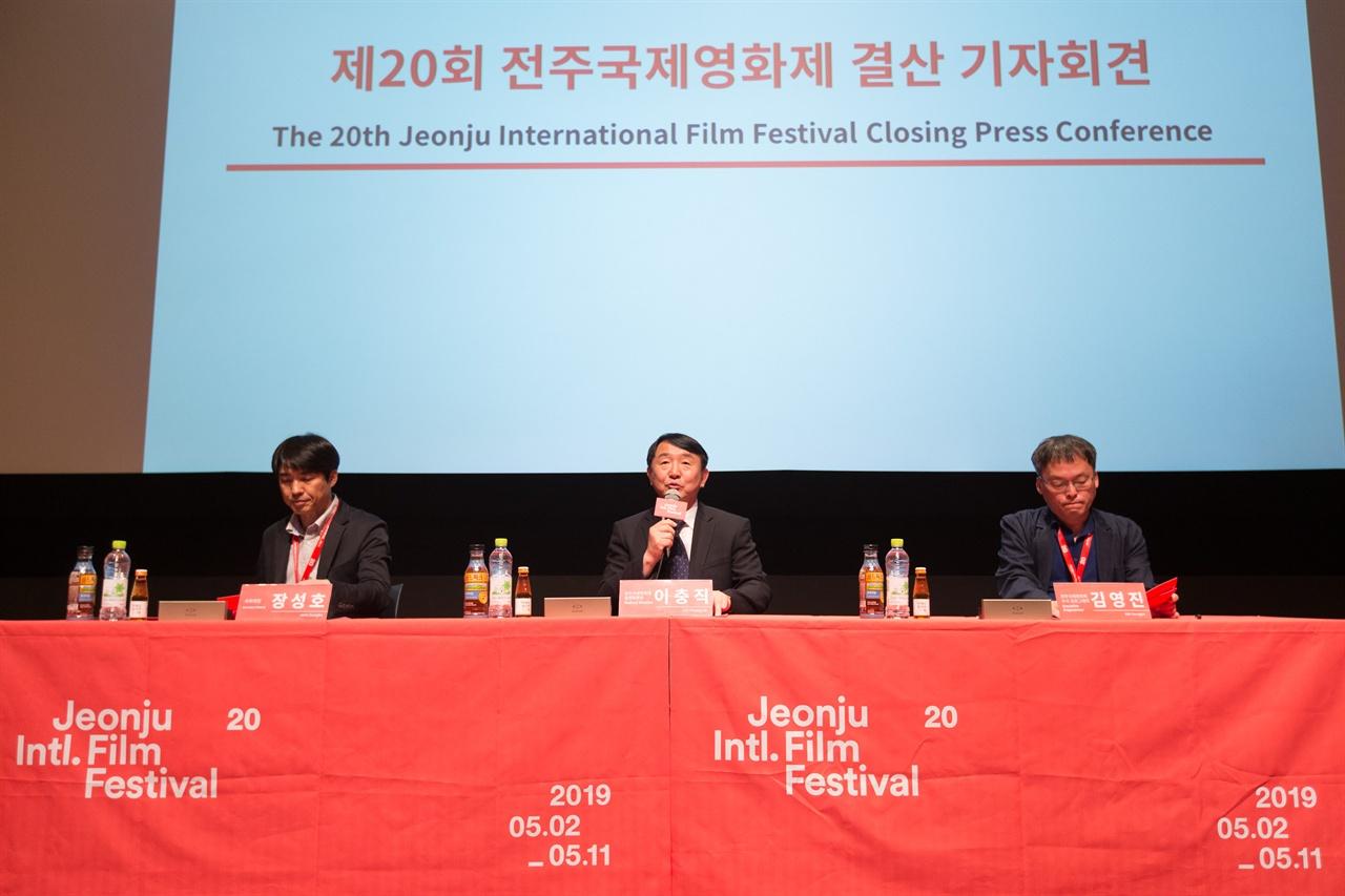 11일 페막식에 앞서 열린 기자회견에서 이충직 집행위원이 올해 영화제의 성과를 설명하고 있다.