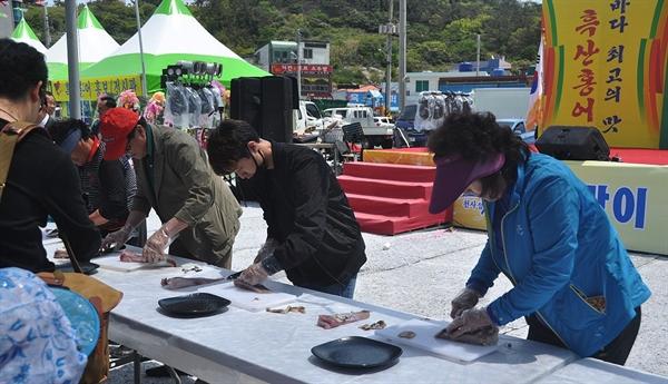 여행객들이 흑산도 홍어 썰기 대회에 참가해 흑산도 홍어 축제를 즐기고 있다.