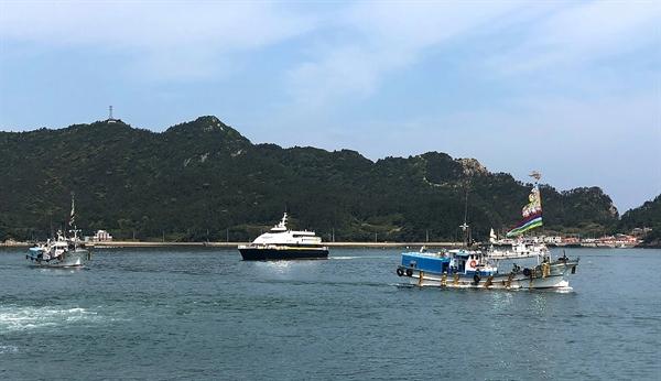 4년 만에 부활한 흑산도 홍어 축제를 축하하는 흑산도 홍어잡이배들의 해상 퍼래이드가 진행되고 있는 사이 여객선이 흑산도에 들어오고 있다.
