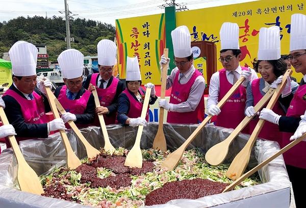박우량 신안군수를 비롯한 흑산도 홍어 축제 참가자들이 홍어 무치기를 시연하고 있다.