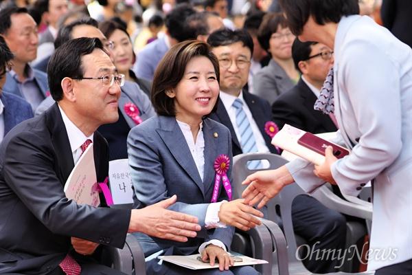 이정미와 악수하는 나경원 불기 2563년 부처님오신날을 맞아 12일 서울 종로구 조계사에서 열린 봉축법요식에서 나경원 자유한국당 원내대표가 먼저 자리를 떠나는 이정미 정의당 대표와 악수하고 있다. 왼쪽은 주호영 한국당 의원.