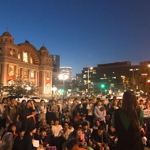 오사카 중앙공회당 앞에서 '플라워 데모'가 열리고 있는 모습