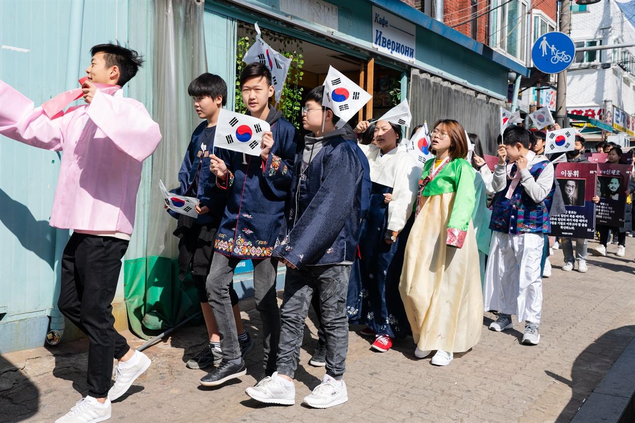 3.17 연해주 독립선언 기념식에서 마을 행진을 하는 고려인 청소년들