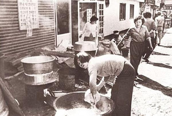 1980년 5월 광주민중항쟁 당시 주먹밥을 만들고 있는 대인시장의 아짐들