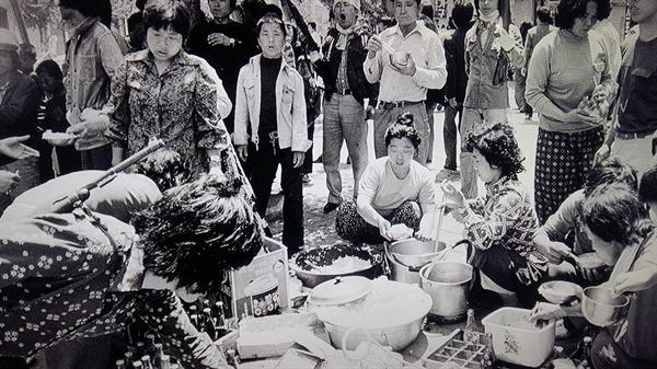 광주 양동 시장 상인들이 시민군들을 위한 밥을 짓고 있다.양동시장은 5·18 민중항쟁 사적 제19호로 지정되어 사적비가 세워져 있다.