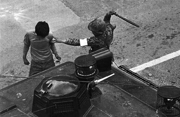 5월 19일 금남로 가톨릭 센터 앞에서 군인에게 맞고 있는 박남규씨