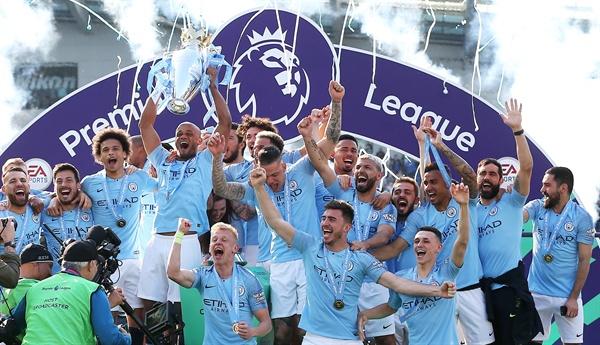 2019년 5월 12일(한국시간), 2018-2019 잉글리쉬 프리미어리그 우승을 차지한 맨체스터 시티 선수단의 모습.