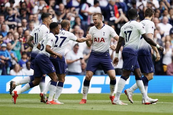 2019년 5월 12일 오후 11시(한국시간) 토트넘 핫스퍼 스타디움에서 열린 EPL 토트넘과 에버튼의 경기. 토트넘의 에릭 다이어(가운데)가 득점 후 동료들과 세리머니하고 있다.
