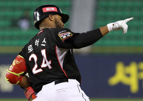 로하스, 이제 시작이야 지난 4월 30일 오후 서울 송파구 잠실야구장에서 열린 2019 프로야구 kt 위즈 대 LG 트윈스의 경기. 3회초 2사 2루 kt 로하스가 투런 홈런을 쳐낸 뒤 베이스를 돌며 세리머니를 하고 있다.