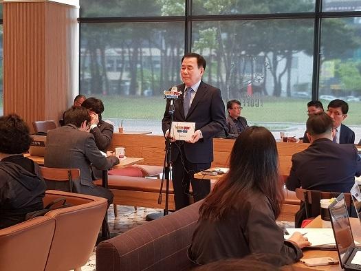 김지철 충남 교육감이 13일 교권 침해 관련 기자회견을 열고 있다.