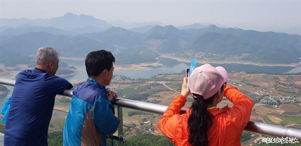 케이블카 정상부인 비봉산역에서 관광객들이 주변 풍경을 조망하고 있다.