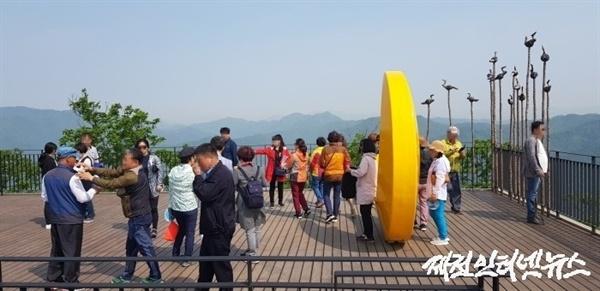 전망대가 이른 아침부터 관광객들로 붐비는 모습이다.