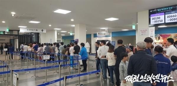 휴일인 12일 아침 케이블카 탑승장에 긴 줄이 늘어서 있다.