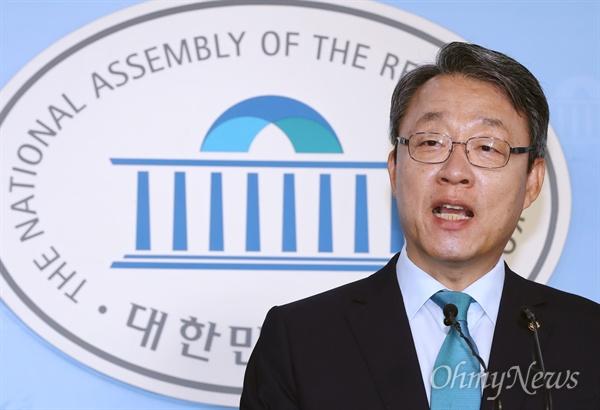 출마선언한 김성식 바른미래당 김성식 의원이 13일 오전 국회 정론관에서 원내대표 출마 선언을 하고 있다.