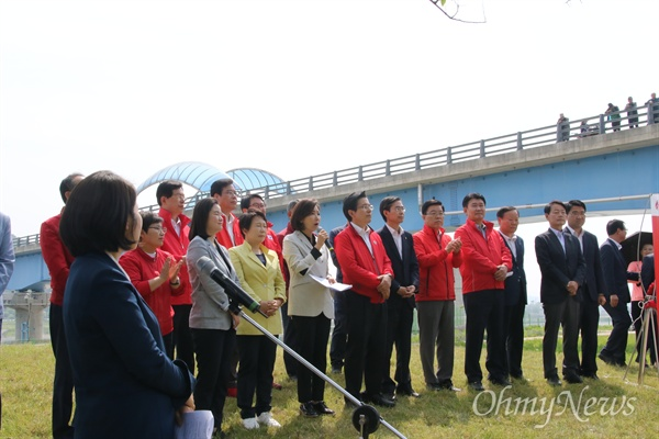 자유한국당은 13일 오전 경북 구미시 선산읍 낙동강 구미보에서 현장최고위원회를 열고 문재인정부가 보를 해체하려 한다고 비판했다.