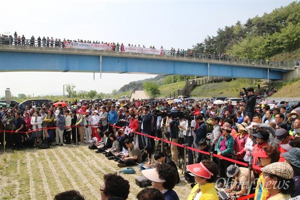 13일 오전 경북 구미시 선산읍 구미보에서 열린 자유한국당 현장최고위원회의에 당원과 지지자 등 300여 명이 몰려 지켜보고 있다.