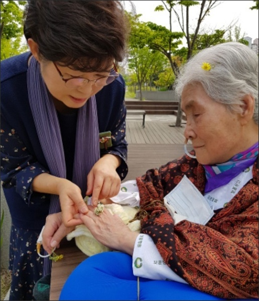 기자는 노란 씀바귀꽃은 머리에, 토끼풀꽃은 꽃반지를 만들어 끼워드렸다.