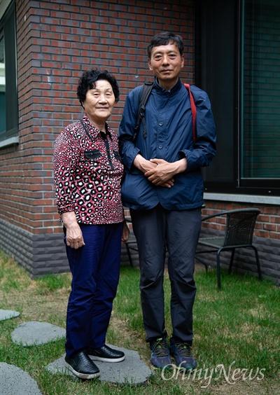 '고등학생 시민군' 고 문재학 어머니와 김향득씨 5.18민주화운동 '고등학생 시민군' 고 문재학(당시 16세, 광주상고 1)씨 어머니 김길자(80)씨와 '고등학생 시민군'으로 활동한 김향득(57)씨.