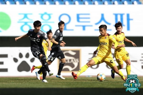 K리그2 11라운드 부산과 광주의 경기에서 부산 김진규가 슈팅을 시도하고 있다.