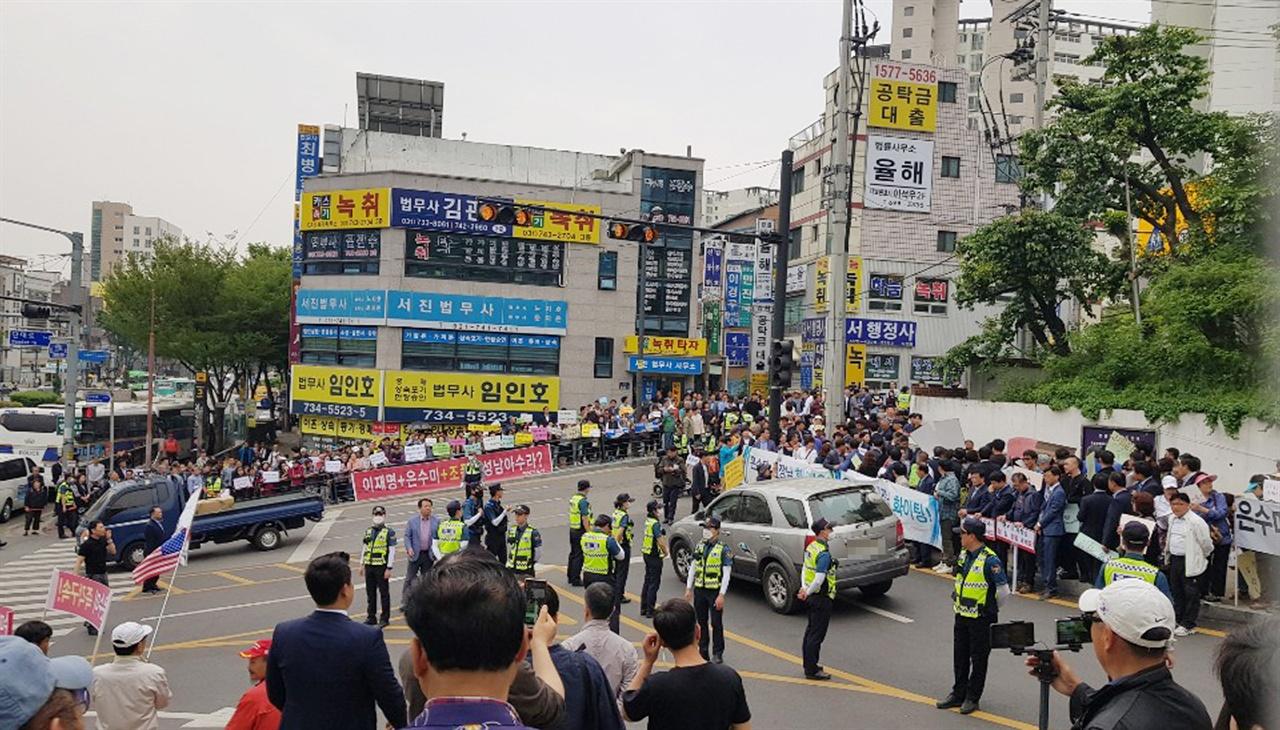 은수미 성남시장 지지자들 수백여명과 반대자들 십수명이 집회를 열고 있는 모습