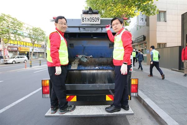 자유한국당 황교안 대표가 11일 오전 대구 수성구에서 주호영 의원과 쓰레기 수거 작업을 하고 있다.(자유한국당 제공)