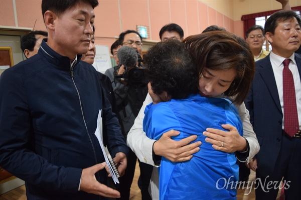 나경원 자유한국당 원내대표가 13일 고성 산불 40일만에 처음으로 피해 현장을 방문했다.