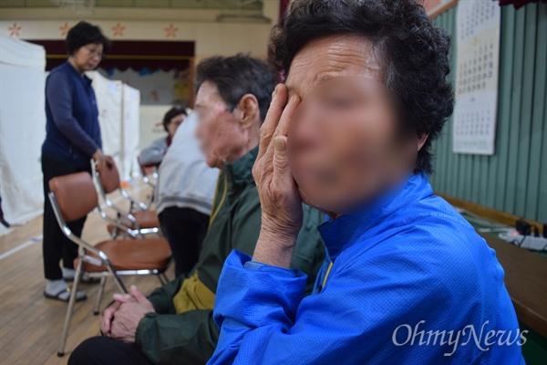 변아무개(76)씨가 나 원내대표가 떠난 뒤에도 울음을 그치지 못하고 있다.