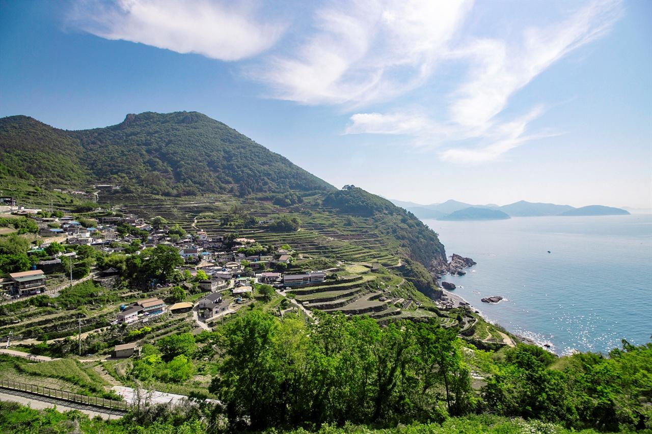 가천다랭이마을 산비탈에 계단 모양으로 층층이 들어선 것이 다랭이논. 이곳은 국가 명승을 너머 미국 뉴스전문채널 CNN에서 '한국에서 가봐야할 아름다운 50곳' 중 하나로 선정됐다.