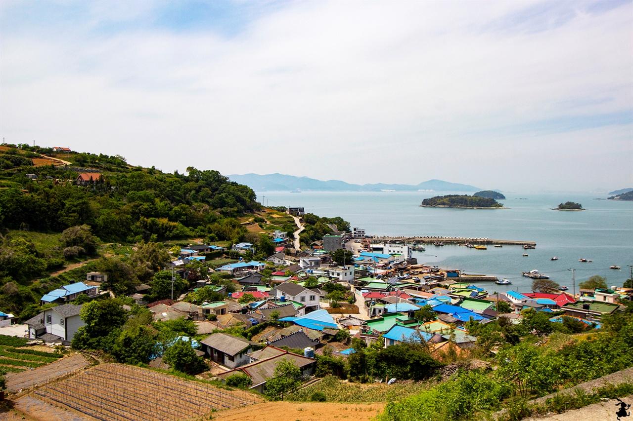 남해 평산항 평상항 초입의 언덕에서 바라본 평산리 마을과 관선도가 어우러진 바다 풍경이 절경이다.