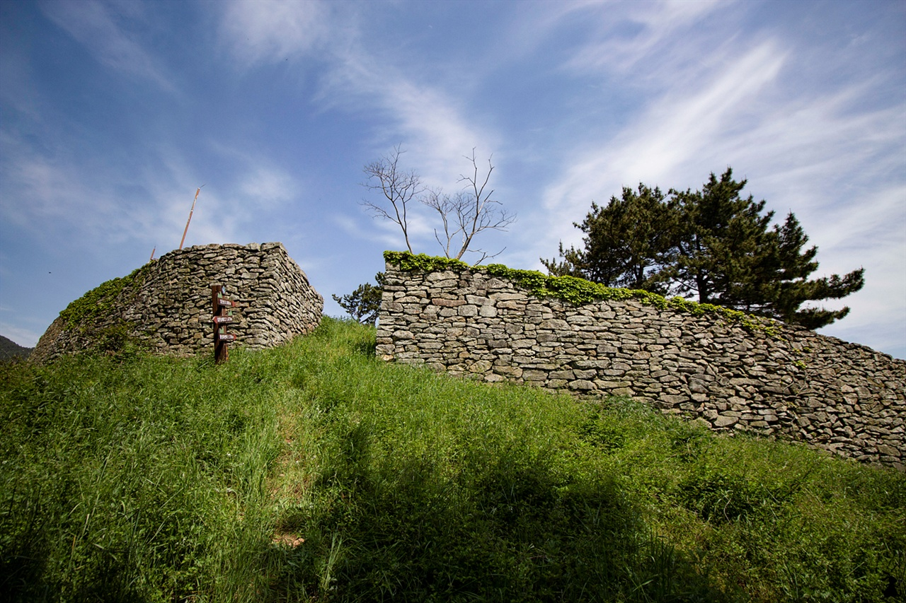 남해 임진성 1592년(선조 25) 군인과 백성이 힘을 모아 쌍은 축성으로 민보성(民堡城) 도는 임진산성(任辰山城)이라 부른다.