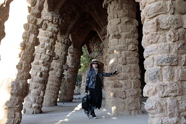 가우디가 후원자 구엘을 위해 지은 구엘공원 모습으로 자연을 그대로 이용한 산책로와 여신기둥이 보인다.