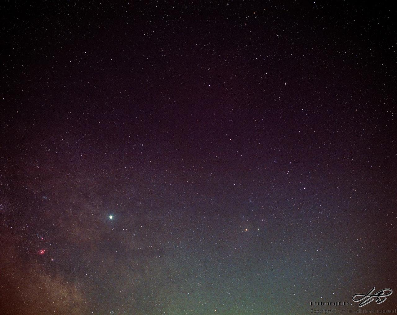 은하수, 목성, 전갈자리 (Portra800/F4/노출 20분)왼쪽 아래의 붉은 부분은 궁수자리 부근의 성운이다. 파랗게 빛나는 것은 별이 아니라 목성이다. 오른편으로는 전갈자리.