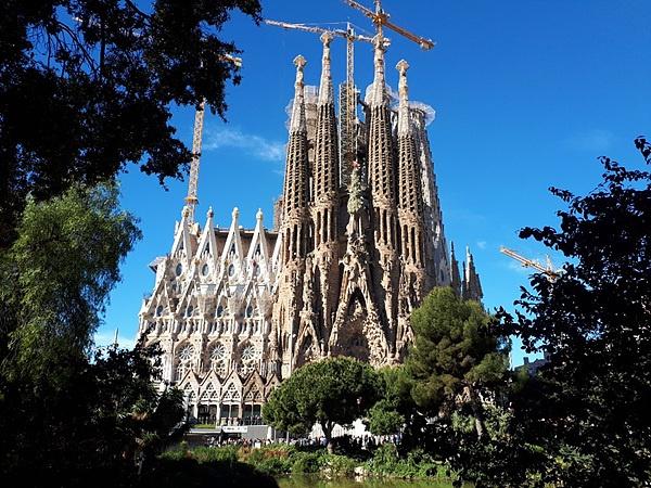 천재 건축가 가우디가 설계한 사그라다 파밀리아 성당으로 바르셀로나를 대표하는 마스코트이다. 필자가 28년전(1991년) 유럽배낭여행하며 보았을  때는 오른쪽 옥수수 모양의 4개 탑만 있었는데 좌우에 새로운 건축물이 늘어나 있었다.  가우디 사후 100년이 되는 2026년에 완공할 예정으로 지금도 공사 중이다