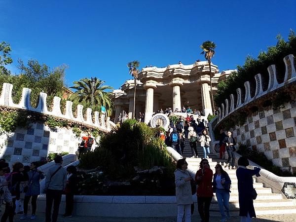 가우디가 후원자인 구엘을 위해 지은 저택이었지만 지금은 시민에게 개방해 구엘공원이 됐다. 가우디는 이 공원의 테마를 지상낙원으로 잡았다.
