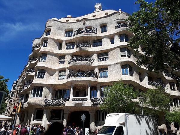 까탈루냐 성지 몬세라토 산을 모티브로 지은 카사밀라 건물. 완공 당시에는 지진 난 집, 말벌집, 고기 파이 등으로 조롱받았지만 오늘날 20세기 건축 베스트 10에 선정됐다