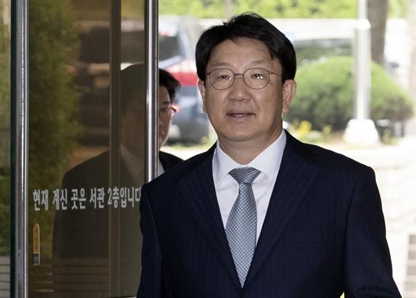 강원랜드 채용 비리 의혹을 받고 있는 자유한국당 권성동 의원이 13일 서초구 서울중앙지법에서 열린 공판에 출석하기 위해 법정으로 향하고 있다. 2019.5.13