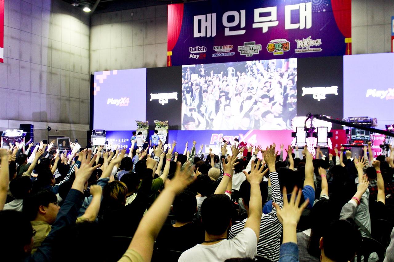 리듬게임 최강자전인 BEMANI MASTERS KOREA 2019가 2019 플레이엑스포 현장에서 11일 열렸다. 참관객들이 결승전에 앞서 카운트다운을 하고 있다.