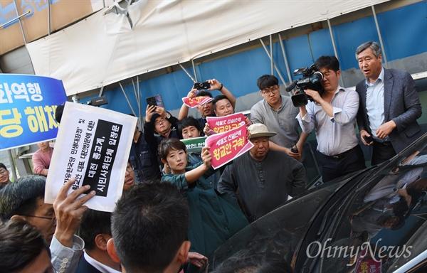 '민생대장정'을 진행하고 있는 황교안 자유한국당 대표가 14일 오후 대전을 방문, 대흥동 자유한국당대전시당사 옆 건물 카페에서 진행된 대학생들과의 토크콘서트에 참석했다. 이날 카페 밖에서는 대전지역 시민사회단체 회원들이 황 대표를 규탄하는 기자회견을 연 뒤, 토크콘서트가 진행되는 동안 항의집회를 열었다.  사진은 행사를 마친 후 떠나려는 황 대표에게 시민단체회원들이 '입장문'을 전달하기 위해 차량을 막아서면서 몸싸움을 벌이는 장면.