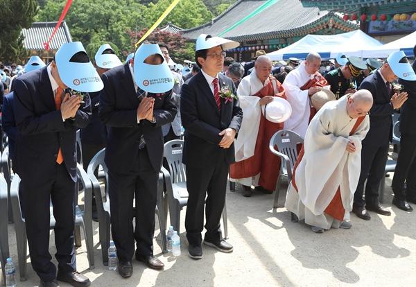 자유한국당 황교안 대표가 부처님오신날이었던 지난 12일 오후 경북 영천시 은해사를 찾아 봉축 법요식에 참석하고 있다. 이날 황 대표는 행사 중 합장을 하지 않고, 관불의식을 거절해 논란이 일었다.