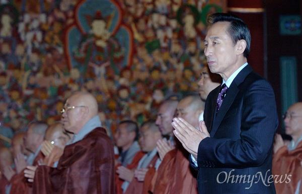 이명박 대통령 당선인이 16일 서울 종로구 조계사에서 열린 한국불교지도자 신년하례법회에 참석해 합장을 하고 있다.