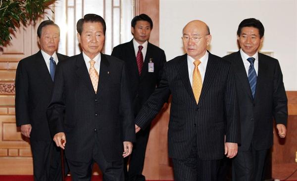 2006년 10월 10일 청와대에서 열린 전직 대통령 초청 간담회 자리에 참석하려고 노무현 대통령과 김대중, 김영삼, 전두환 등 전직 대통령들이 함께 오찬장으로 들어서고 있다.