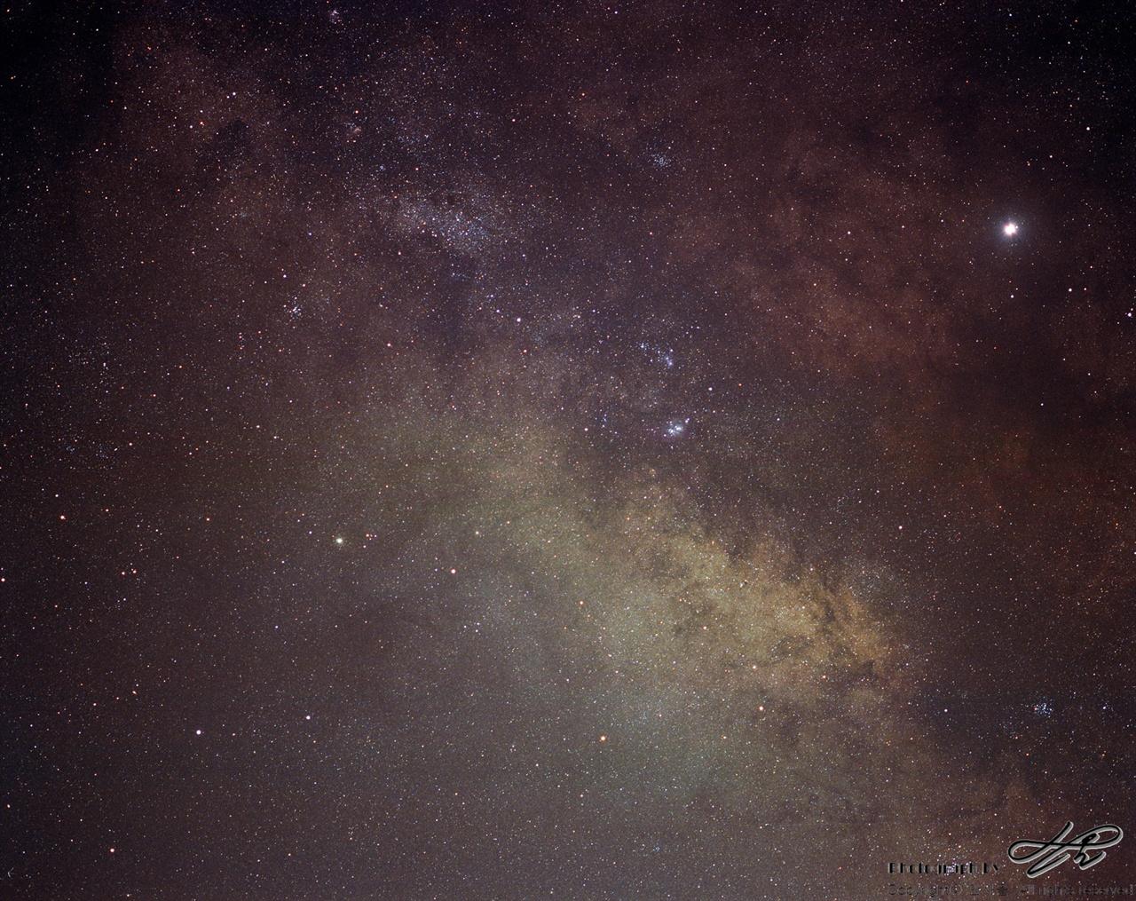 은하수 (Pro400H/F2.8/노출 25분)165mm(환산82.5mm)의 준망원 화각으로 담은 은하수. 점상이 또렷하여 여러개의 성단이 확연히 보인다.