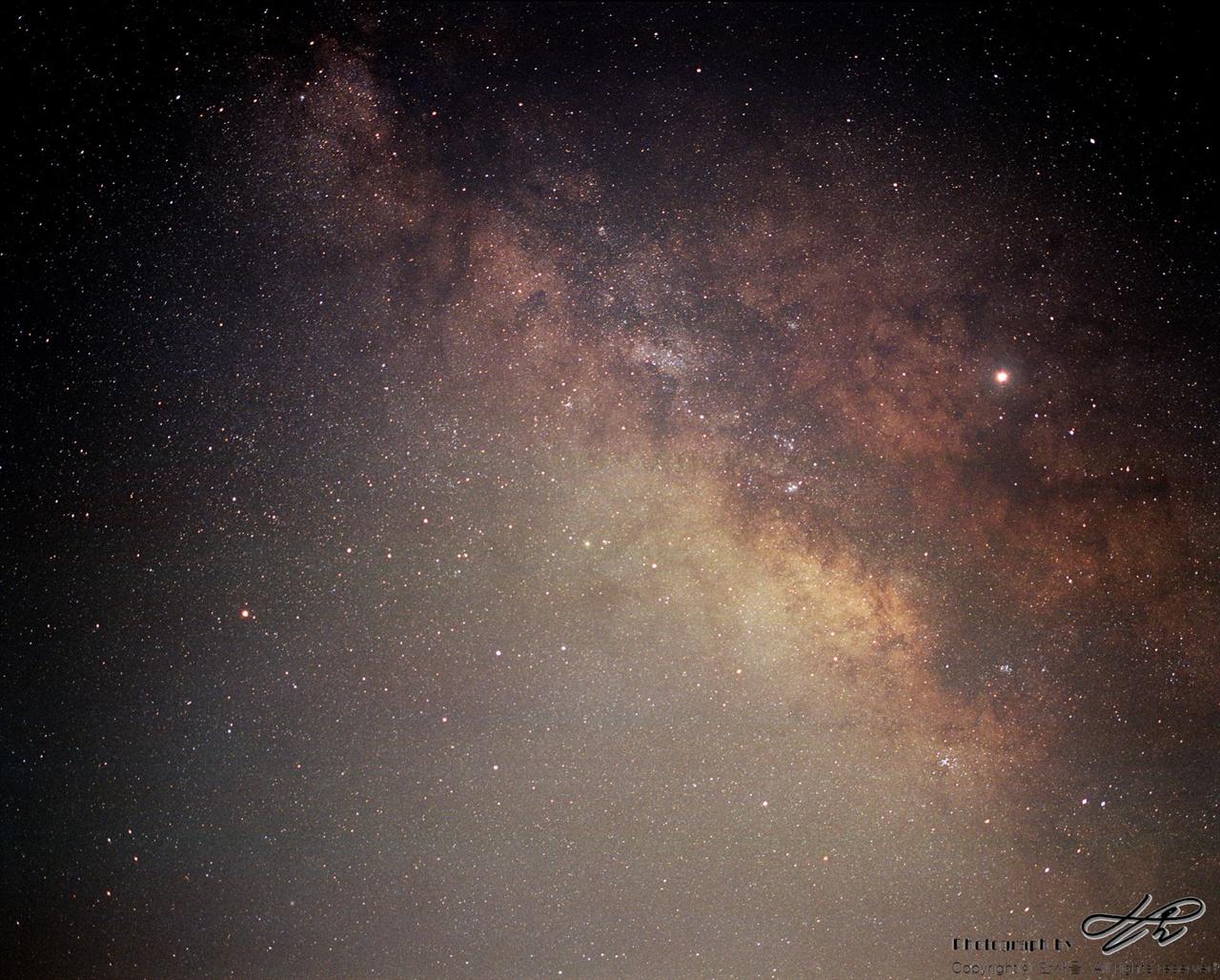 은하수 (Pro400H/F2.8/노출 25분)바로 위 사진과 같은 위치이지만 화각이 다르다. 90mm(환산45mm)로 담았다. 별과 성운들 사이 까만 부분은 우주의 먼지가 빛을 가리고 있는 것이다.